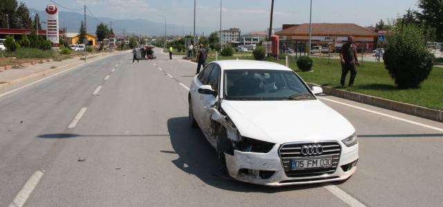 Erbaa'da otomobille çarpışan traktör devrildi: 1 yaralı
