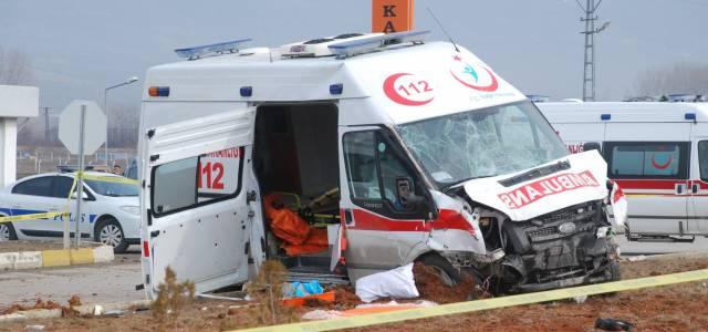 Hasta nakil ambulansı ile hafif ticari araç çarpıştı: 2 ölü, 4 yaralı