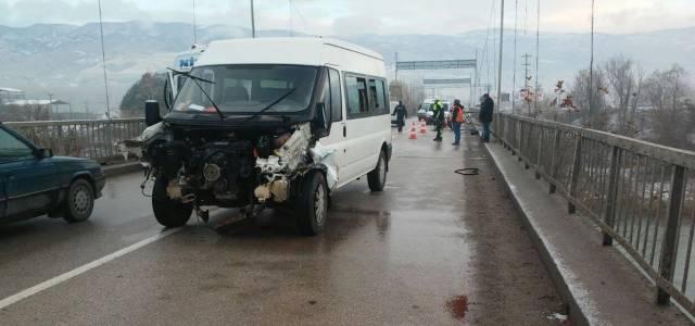 Minibüs köprüde kaza yaptı: 1 yaralı