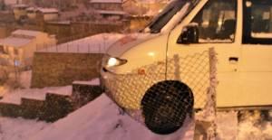 Direksiyon başında kalp krizi geçirdi, minibüs tellere asılı kaldı