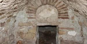 Traktörünün arka tekerleği çukura düşen çiftçi, tesadüfen Roma dönemine ait toplu mezar buldu