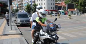 Kimliklerini unutan adayların yardımına, polis yetişti