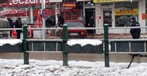 Tokat'ta otomobil, büfenin önündeki içecek dolabına çarptı