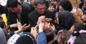 Öğrenciler, Vali Balcı'dan Düdük Alabilmek İçin Birbirleriyle Yarıştı