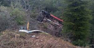 Niksar'da Minibüs Uçuruma Yuvarlandı: 2 Yaralı