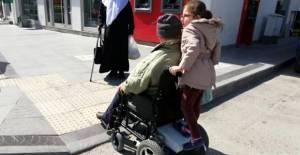 Dede ile Torunun Engelleri Aşan Gezisi