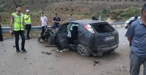 Erbaa'da otomobil refüje çarptı: 1 yaralı