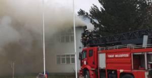 Tokat'ta, İl Özel İdaresi binasının çatısında yangın