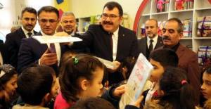 TÜBİTAK Başkanı Mandal, Tokat'ta öğrencilere kitap dağıttı