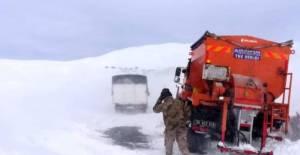 Reşadiye'de jandarma yolda mahsur kalan yolcuları kurtardı