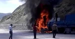 Tokat'ta seyir halindeyken alev alan TIR yandı