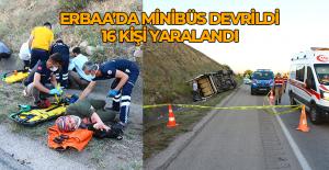 Erbaa'da lastiği patlayan minibüs devrildi: 16 yaralı