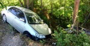 Yoldan çıkan otomobilin şarampole yuvarlanmasını ağaçlar önledi