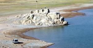 Barajın suyu çekilince, kayalığa yürüyerek gidilmeye başlandı