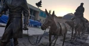 Tarihi çarşıya yerleştirilen deve kervanı heykelleri, dikkat çekiyor