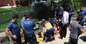 Çöken balkonun altında kalan genç yaralandı
