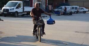 5 yıldır motosikletle çay dağıtıyor