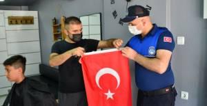 Erbaalı esnafa 1000 bayrak