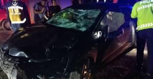Otomobilin çarptığı kaya parçası cama saplandı; karı- koca yaralandı
