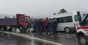 Servis minibüsüyle kamyonet çarpıştı: 2 ölü, 11 yaralı