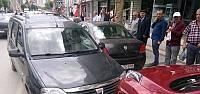El Freni Çekilmeyen Otomobil İki Otomobile Çarptı