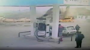 Tokat'ta çatının taksinin üzerine uçması güvenlik kamerasında